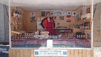En été Erick ouvre un boutique de vente de produits du terroir au Col du Lautaret